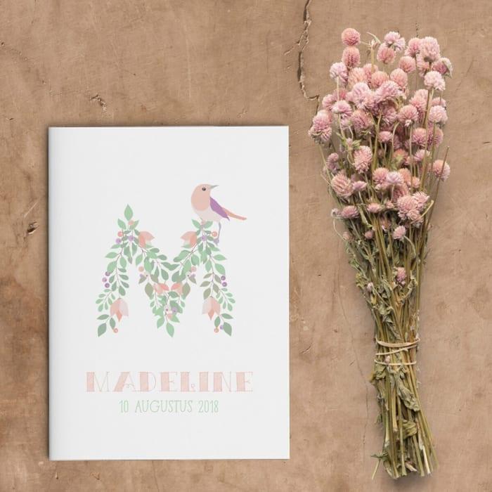 Bijzonder sierlijk, geillustreerd lettertype zet de toon voor geboortekaartje Bloemen Monogram: de voorletter van de baby wordt als monogram gepresenteerd.