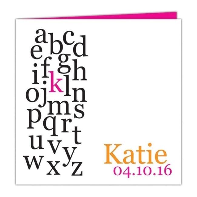 Voorkant van Geboortekaartje Alfabet: ontwerp is strak en modern; uit het hele alfabet licht 1 letter op, het initaal van de baby.