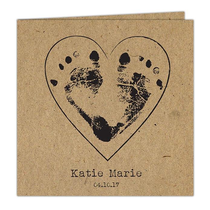 Geboortekaartje Voetafdrukjes op Kraft is een ontwerp gedrukt op kraftpapier, waarbij op de voorkant 2 voetafdrukjes van een baby een hartje vormen.