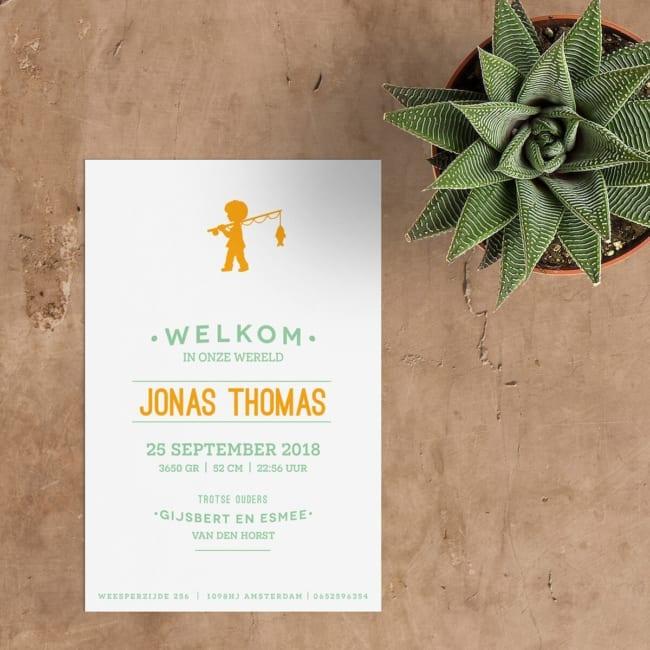 Simpel, typografish ontwerp; op de voorkant van geboortekaartje Jongetje gaat Vissen staat een silhouet van jongetje op weg met hengel; naam in mooi font.