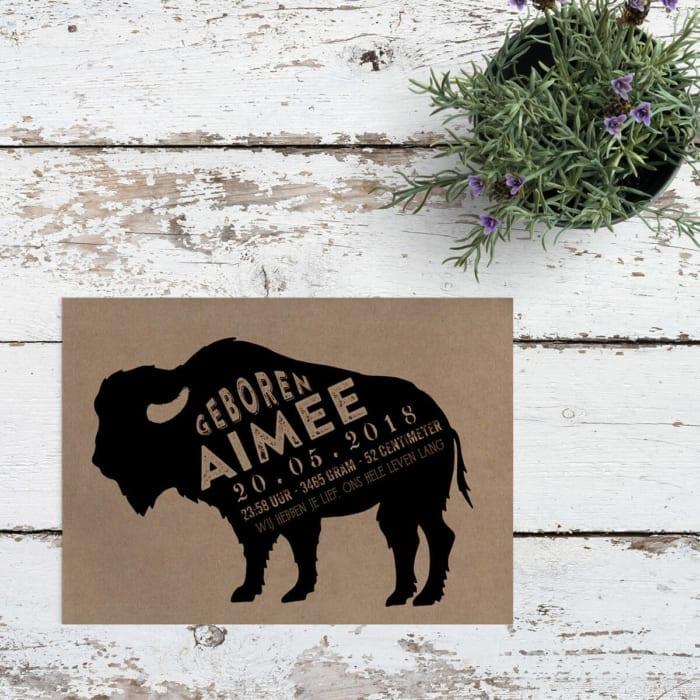 Geboortekaartje Bizon op Kraftpapier gebruikt een illustratie van een bizon, zo'n groot, stoer beest, als middelpunt van het ontwerp en alle tekst.