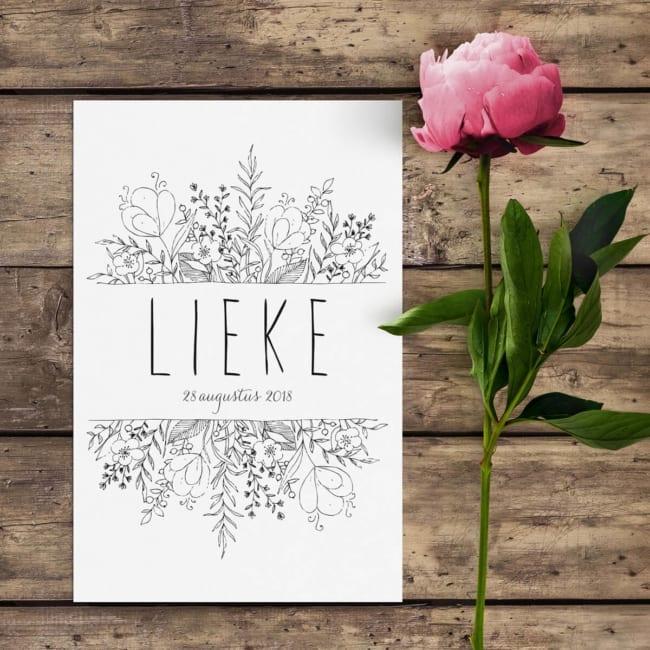 Mooie, sierlijke en handgetekende bloemen vormen het middelpunt van geboortekaartje Bloemen. Ietwat slordig, met veel detail, stijlvol en modern.