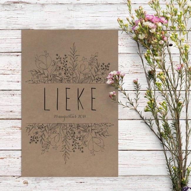 Mooie, sierlijke en handgetekende bloemen vormen het middelpunt van geboortekaartje Bloemen op kraftpapier. Illustraties zijn getekend met zwarte lijntjes.