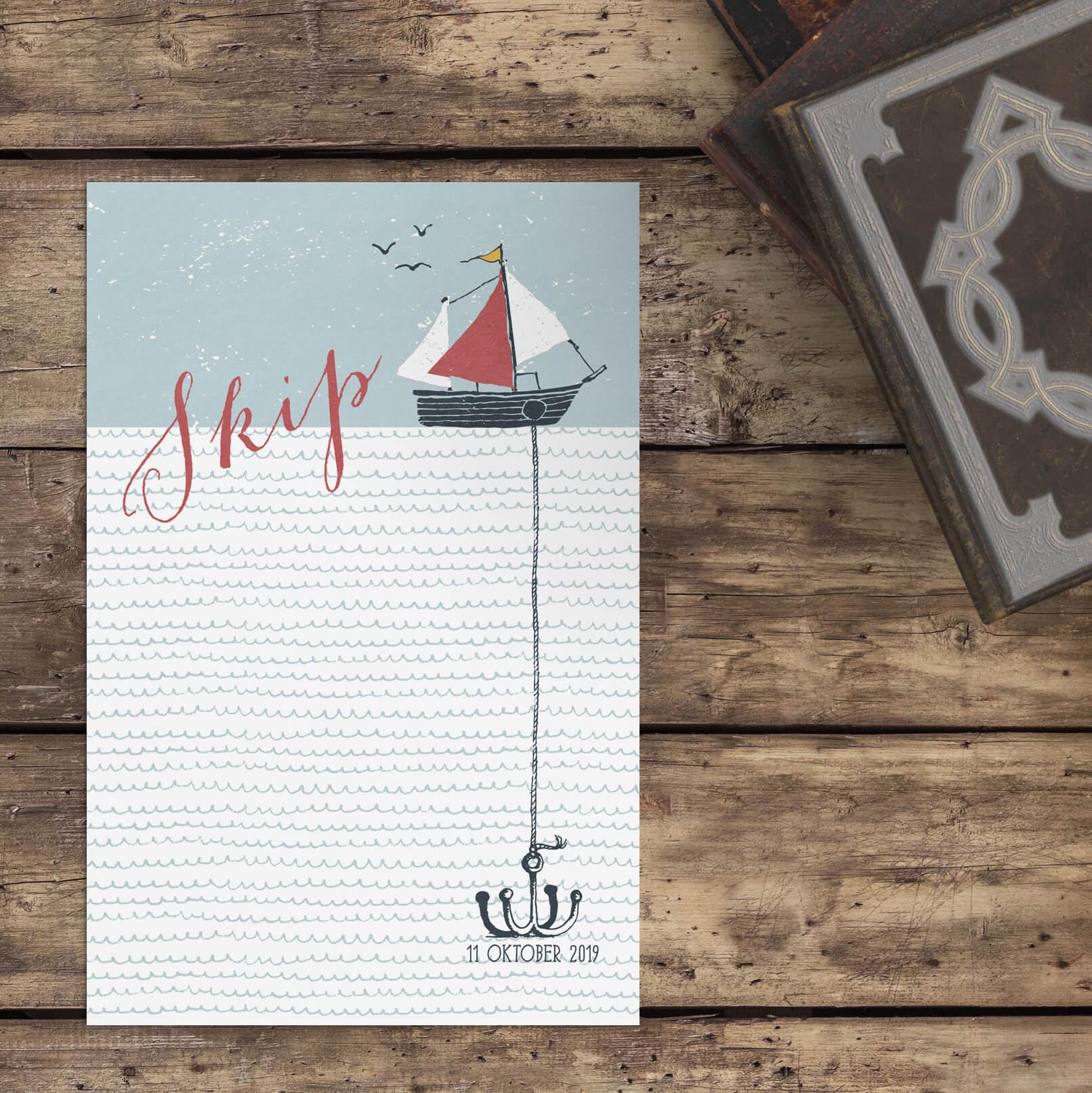 Prachtige, handgetekende illustraties van een bootje, hangend anker en de zeegolven zetten een bijzonder beeld neer op Geboortekaartje Bootje met Anker.