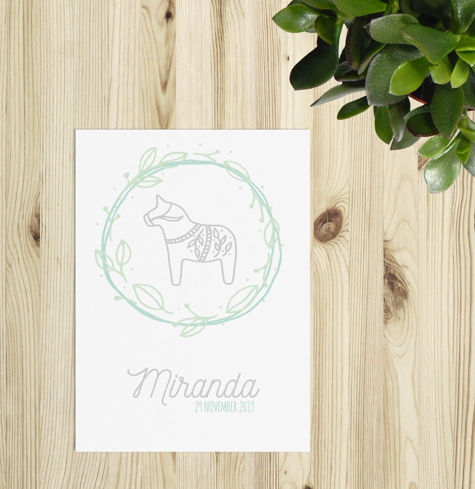 Op geboortekaartje Zweeds Paardje staat een minimalistische illustratie van het beroemde Zweedse paardje uit Dalarna. Het is een grijze lijntekening. Moderne geboortekaartjes.