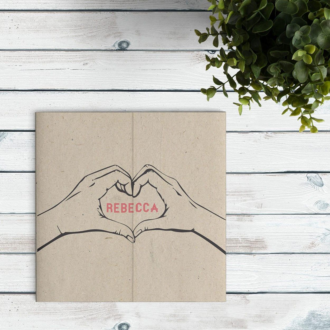 Geboortekaartje Hart van Handen is een drieluikskaart waarbij de twee zijden bij elkaar komen en er een hart vormt. De achtergrond is vintage bruin.