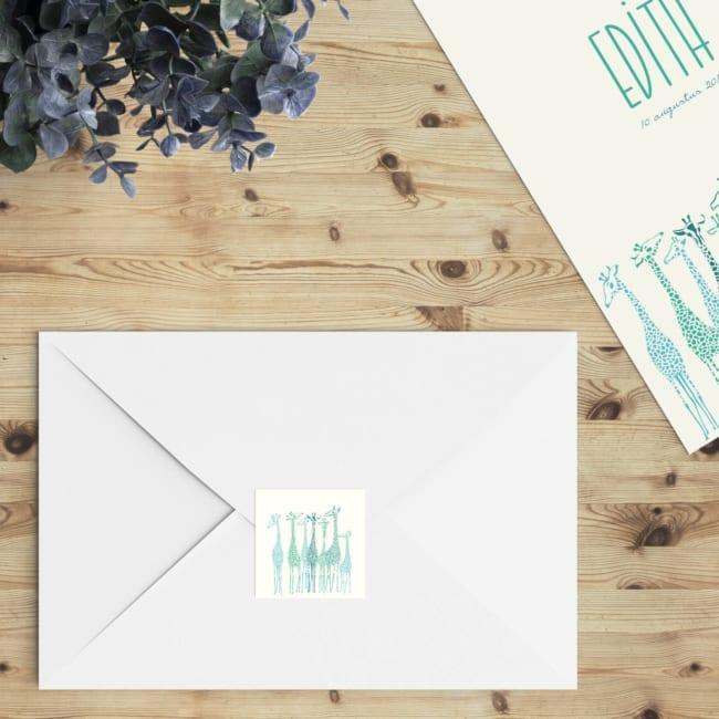 De perfecte manier om de envelop een extra touch te geven; verstuur geboortekaartje Giraffe Parade in combinatie met deze vierkante sluitzegels.