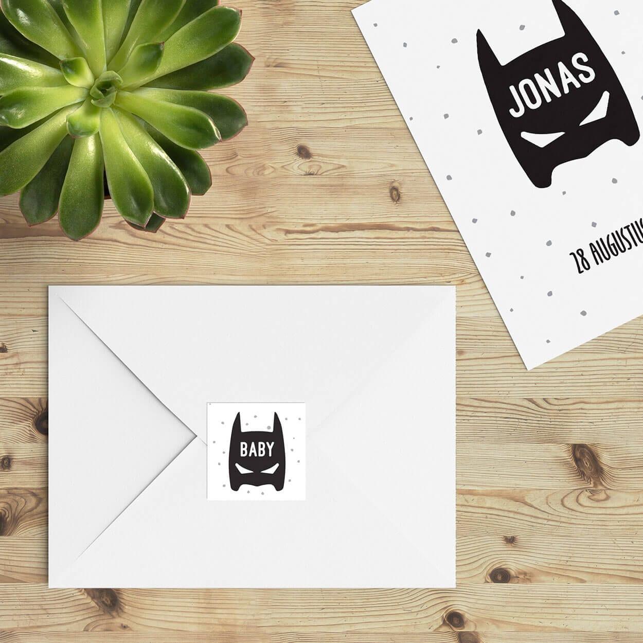 Het masker van een superheld, een statement, een knipoog. Deze vierkante sluitzegel Superhero sluit aan bij het gelijknamige geboortekaartje.