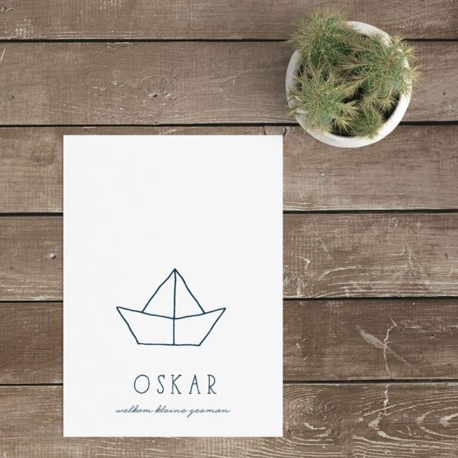 Een leuk gevouwen bootje versiert de voorkant van geboortekaartje Origami Bootje. Om het ontwerp af te maken, kozen we een leuk handgetekend lettertype.