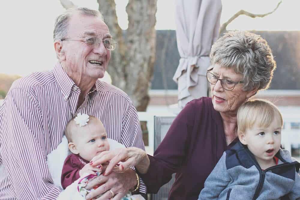 Opa en oma op kraambezoek