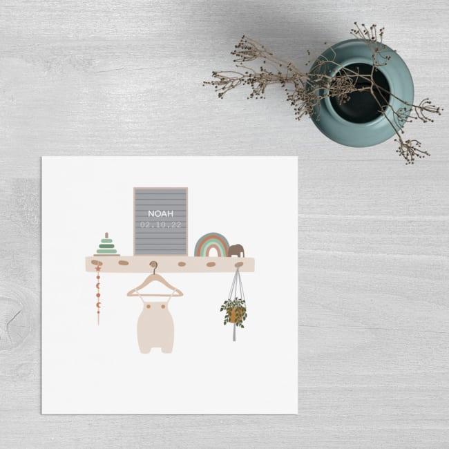 Geboortekaart Babykamer is een vierkant kaartje met een versierde wandplank. Lieve, eigentijdse stijl en een tikkeltje nostalgisch.
