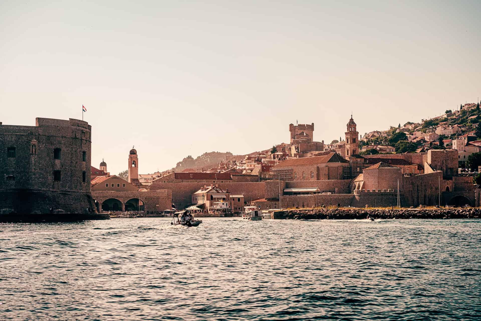 Name of Thrones | Populaire babynamen uit de serie. Oude, historische stad aan het water.