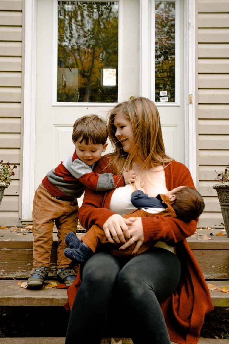 Moederschap   Hoe het moeder worden je verandert   Moeder met twee kleine kinderen voor een huis