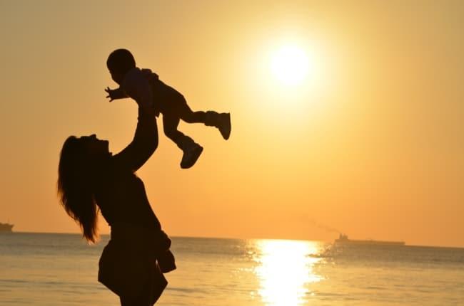 Moederschap verandert je   Verhalen van echte moeders   Foto van moeder en kind bij het strand