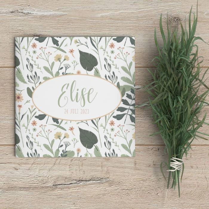 Geboortekaartje Bloemen en Kruiden gebruikt een lekker druk patroon van allerlei planten en bloemen voor een frisse en subtiele sfeer.